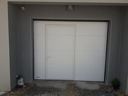 CHANTIER BRONVAUX : Porte de garage sectionnelle avec portillon intégré